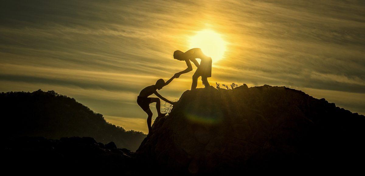 articolo gloria bambini che si aiutano